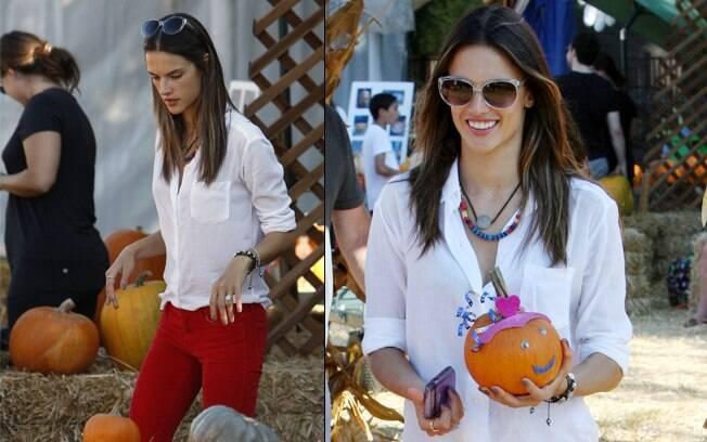 Alessandra Ambrosio escolheu suas abóboras para as comemorações do dia 31 de outubro