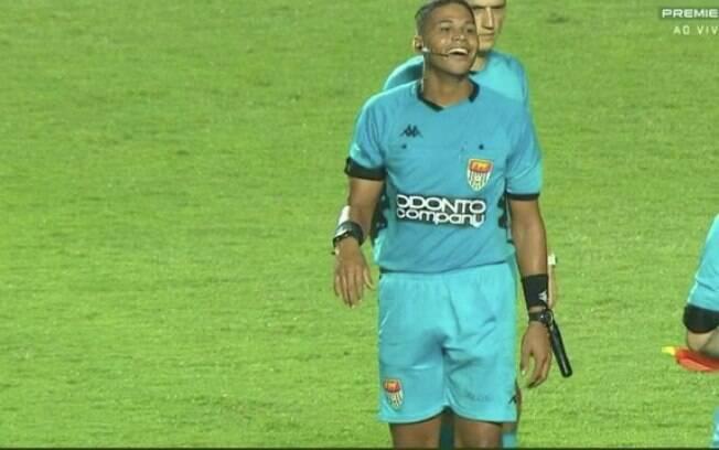 Flávio Roberto Ribeiro sorri após o final da partida