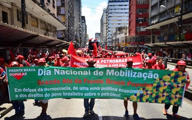 Ativistas se reúnem também contra o ajuste fiscal na Praça do Derby em Recife, no Pernambuco. Foto: Ademar Filho/Futura Press - 3.10.15