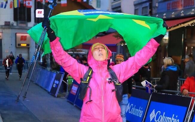 Ultramaratonista Nínive Oliveira após completar a prova mais difícil de sua vida, na França, em agosto do ano passado