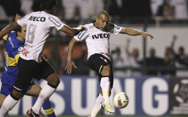 Emerson chuta e abre o placar para o  Corinthians