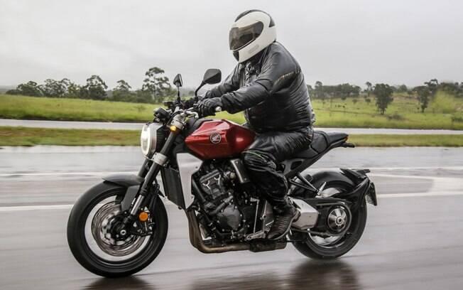 """Na chuva, o modo de pilotagem """"rain"""" garante fornecimento mais linear de potência da Honda CB 1000 R"""