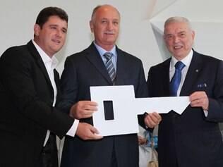 Felipão recebe a chave simbólica da Granja Comary durante cerimônia de reinauguração