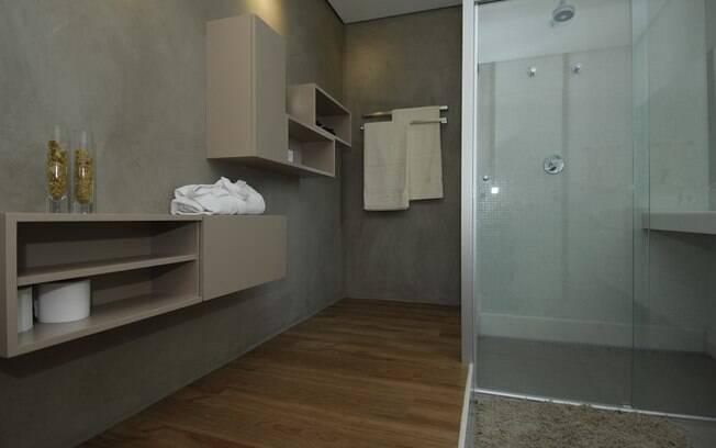 O revestimento cimentício, combinado com o piso em madeira, dá um ar sóbrio e moderno