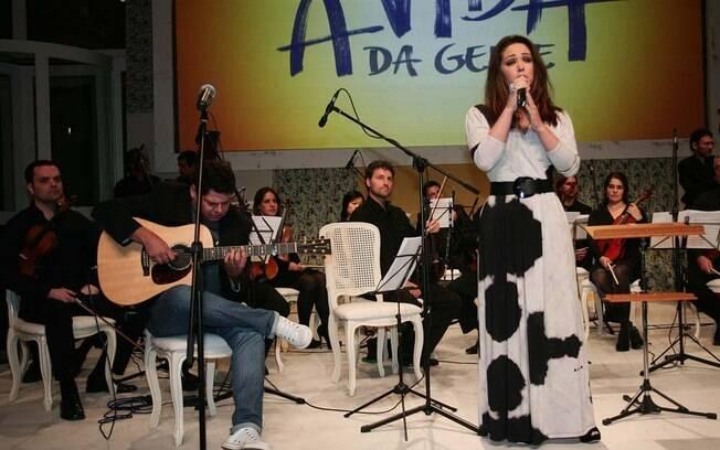Tânia Mara canta em festa de lançamento de