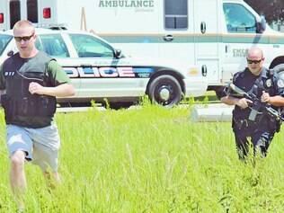 Buscas. Policiais vasculharam as proximidades da estrada onde corpo foi encontrado em carro