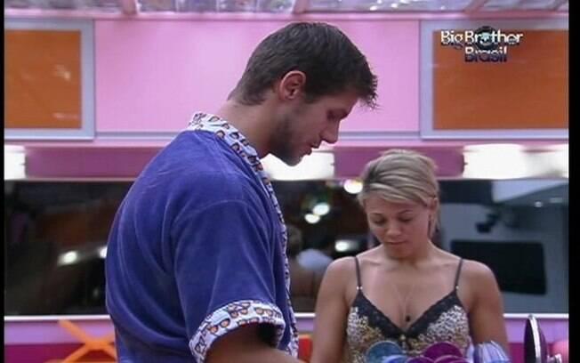 Jonas lava as louças enquanto conversa com Fabiana e Fael