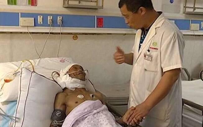 Após a cirurgia com o Dr. Dong Shixiang, Zhao Xingfu está se recuperando normalmente em casa