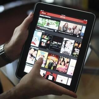 Usuário acessa Netflix por um iPad em Los Angeles