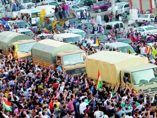 Incentivo. Multidão cerca grupo de peshmergas que chegou à Turquia e vai defender Kobani do EI