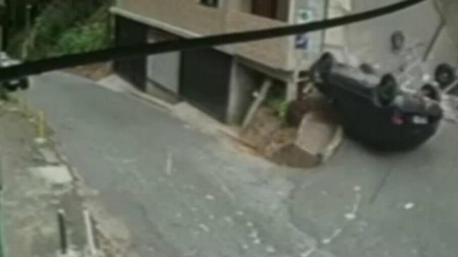 Carro despencou de morro em uma rua alta no RJ