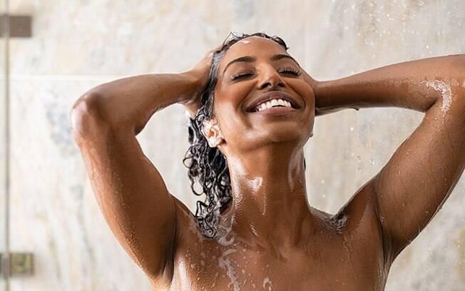 Água para o cabelo: saiba o poder das águas com gás, de coco e termal