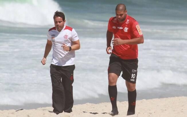 Atacante Adriano, do Flamengo, treina na  praia da Macumba, no Rio de Janeiro, nesta  sexta-feira (31/8)