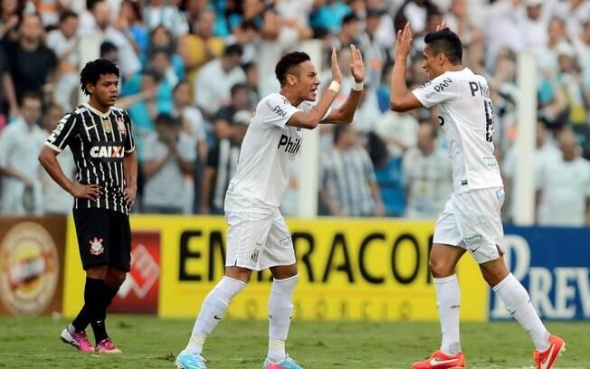 Neymar cumprimenta Cícero, após a marcação do  gol do Santos diante do Corinthians, na Vila  Belmiro