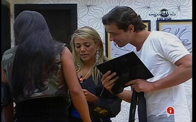 Fabiana se emociona ao ver fotos dos familiares com Fael e Kelly