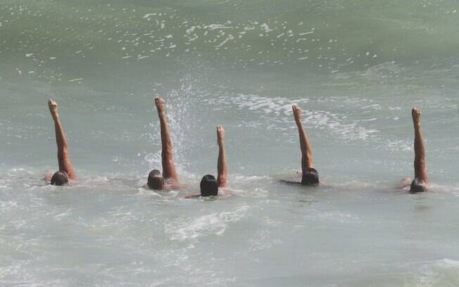 Gêmeas e mais três amigas treinam coreografia dentro do mar