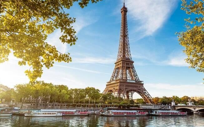 Torre Eiffel é uma das grandes atrações em Paris