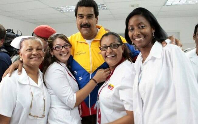 Nicolás Maduro abraçando médicos cubanos