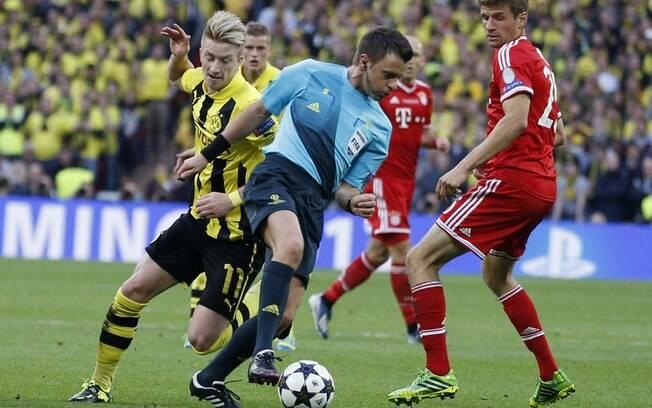 O árbitro Nicola Rizzoli atrapalha jogada de  ataque do Borussia