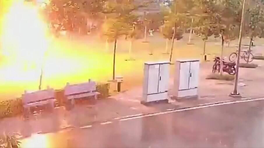Raio atinge quatro pessoas na índia; três ficaram feridos e um faleceu
