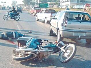 Motociclista caiu sob a roda de caminhão do seu lado