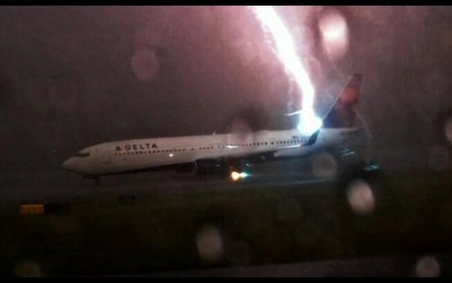 Jack Perkins conseguiu flagrar o momento em que um raio atinge um avião da companhia Delta
