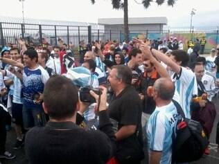 Hinchas argentinos provocam brasileiros nos arredores da Arena Corinthians, antes do jogo contra a Holanda