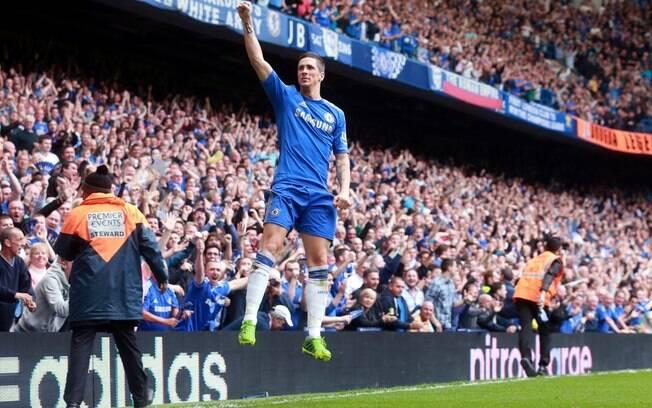 Fernando Torres pula na comemoração do  segundo gol do Chelsea diante do Everton