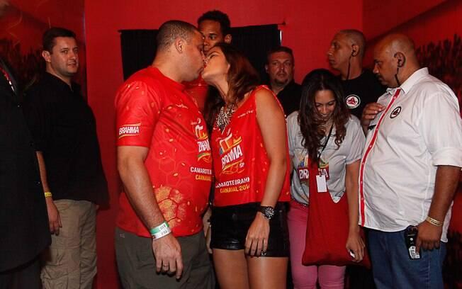 Ronaldo Fenômeno beija a namorada em camarote da Brahma, durante carnaval de São Paulo