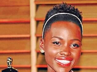 Lupita Nyong'o usa a peça em seu cabelo curtíssimo e mostra toda a sua graça