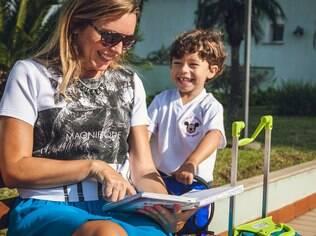 Monica procura reforçar aspectos positivos do ambiente escolar para o filho Pedro