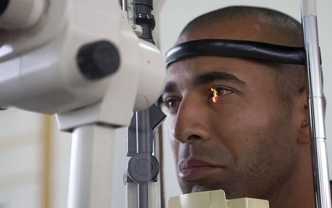 Emerson Sheik segura a risada enquanto é  fotografado nos exames médicos do Corinthians  neste início de ano