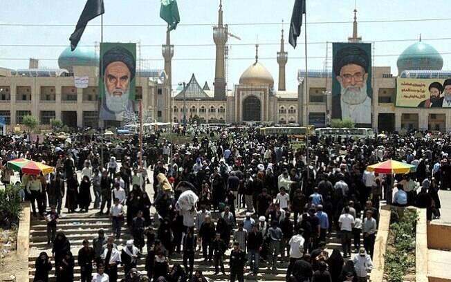 Pelo menos sete pessoas morreram, baleadas por membros do Estado Islâmico que invadiram o Parlamento do Irã