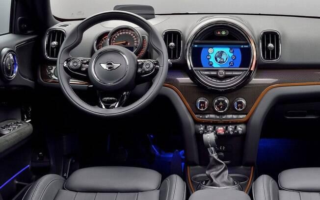 A cabine do Mini Countryman traz os detalhes que agradam os fãs da marca. Ganha por ser um carro bem mais espaçoso