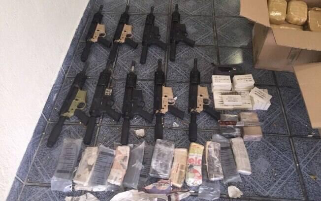 Polícia Federal aprendeu armas e drogas ao cumprir mandados em cinco cidades contra suspeitos de ligação com o PCC