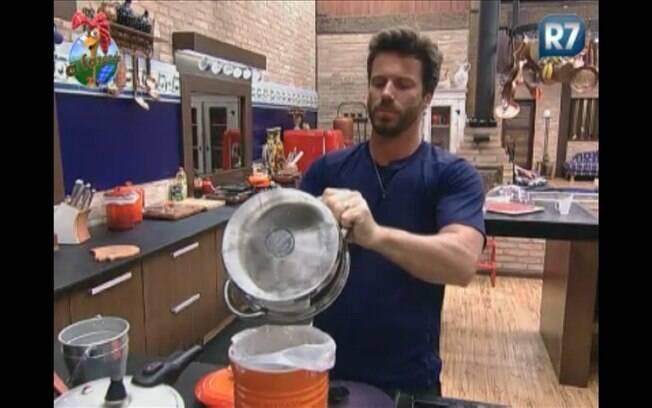 Peão tira comida das panelas e limpa toda a louça