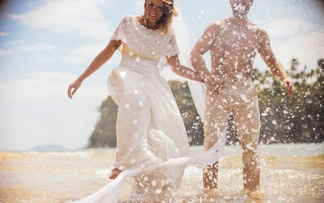 Paula e o noivo na praia:
