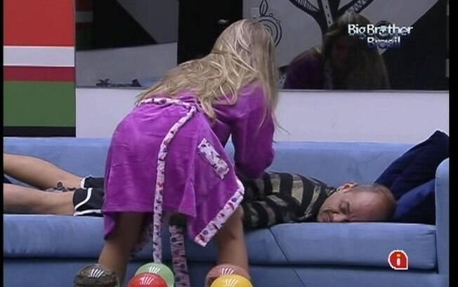 João pede massagem a Renata