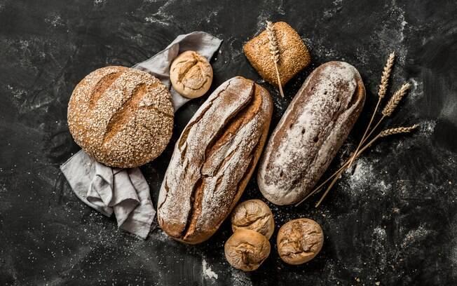 Ele afirma que pão, integral ou não, não ajuda a perder peso, e indica o consumo de pães de farinhas de oleaginosas