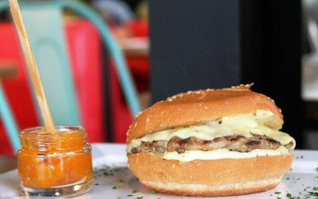 O hambúrguer de frango é uma opção muito boa para quem quer fazer algum lanche no churrasco