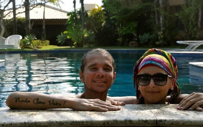 Mais magro, Netinho curte piscina ao lado da amiga, Maria João