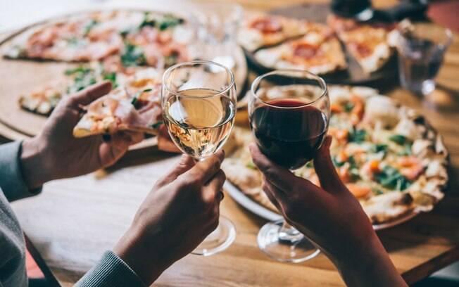 Escolher um bom vinho é uma ótima forma de complementar uma noite de pizza com a família e os amigos