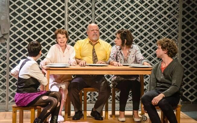 Elenco em cena da peça