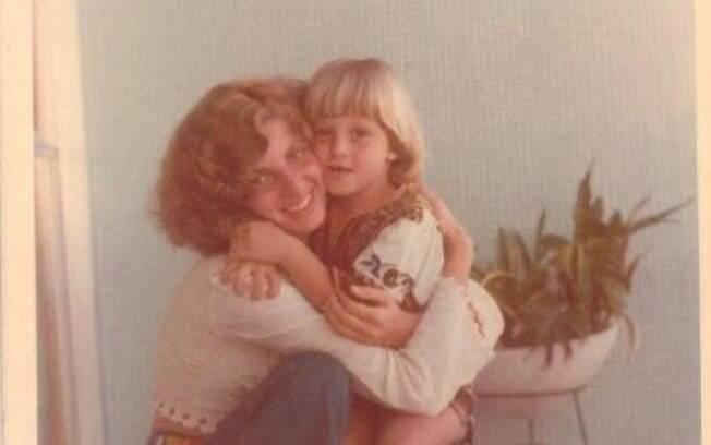 Luciano Huck pequenininho, com a mãe, Marta Grostein