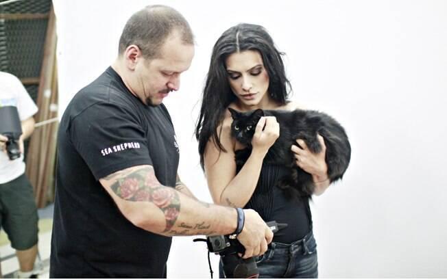 O fotógrafo Jacques mostrando o resultado das fotos para Cleo Pires