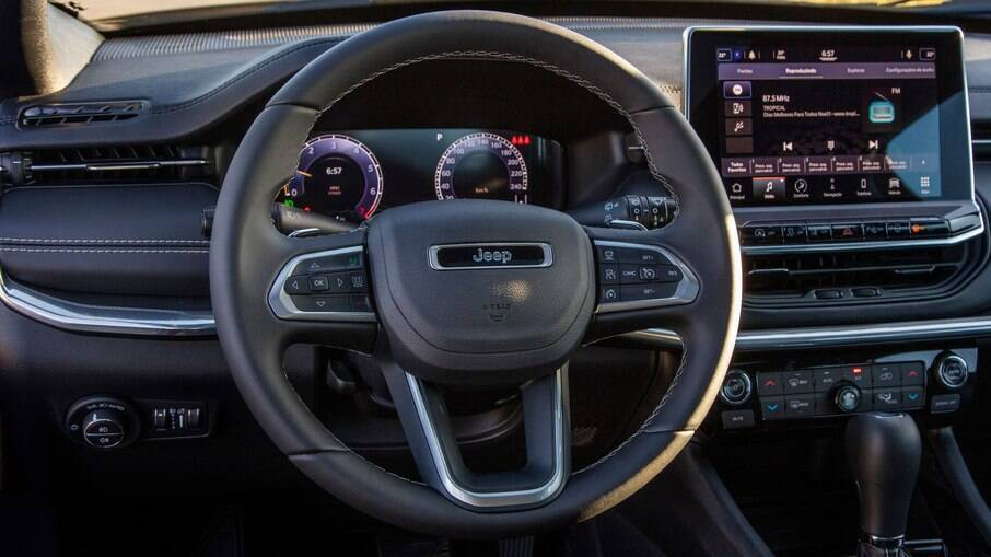Jeep Compass S 2022 passou a ter interior completamente renovado, o que inclui a central multimídia em tela de 10,1