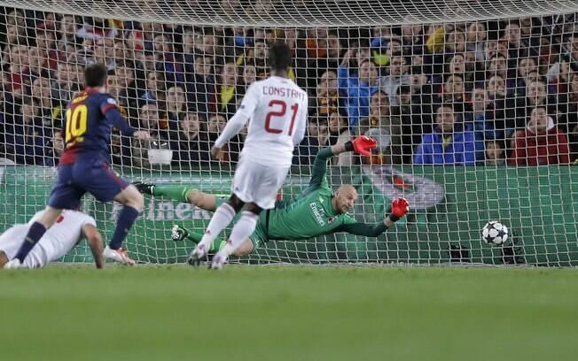 Messi chuta para o segundo gol do Barcelona  conta o Milan
