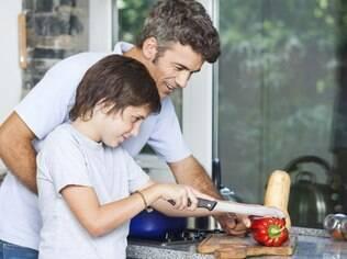 Pais devem conhecer os filhos para determinar o momento de ensinar tarefas que exigem atenção e cuidado na cozinha