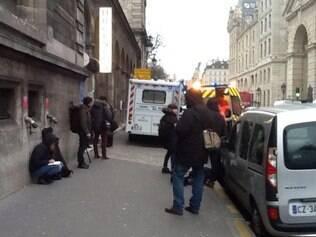 Polícia e ambulância nas ruas é presença massiva em Paris após ataque