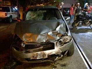 Frente do carro do motorista embriagado ficou bastante danificado pela moto e pelo corpo do jovem